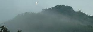 La nebbia avvolge all'imbrunire le colline dell'alta provincia di Macerata  (foto dell'estate 2005)